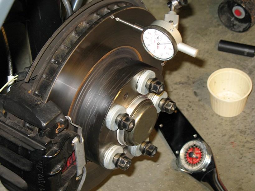 pomiar czujnikiem zegarowym bicia tarczy